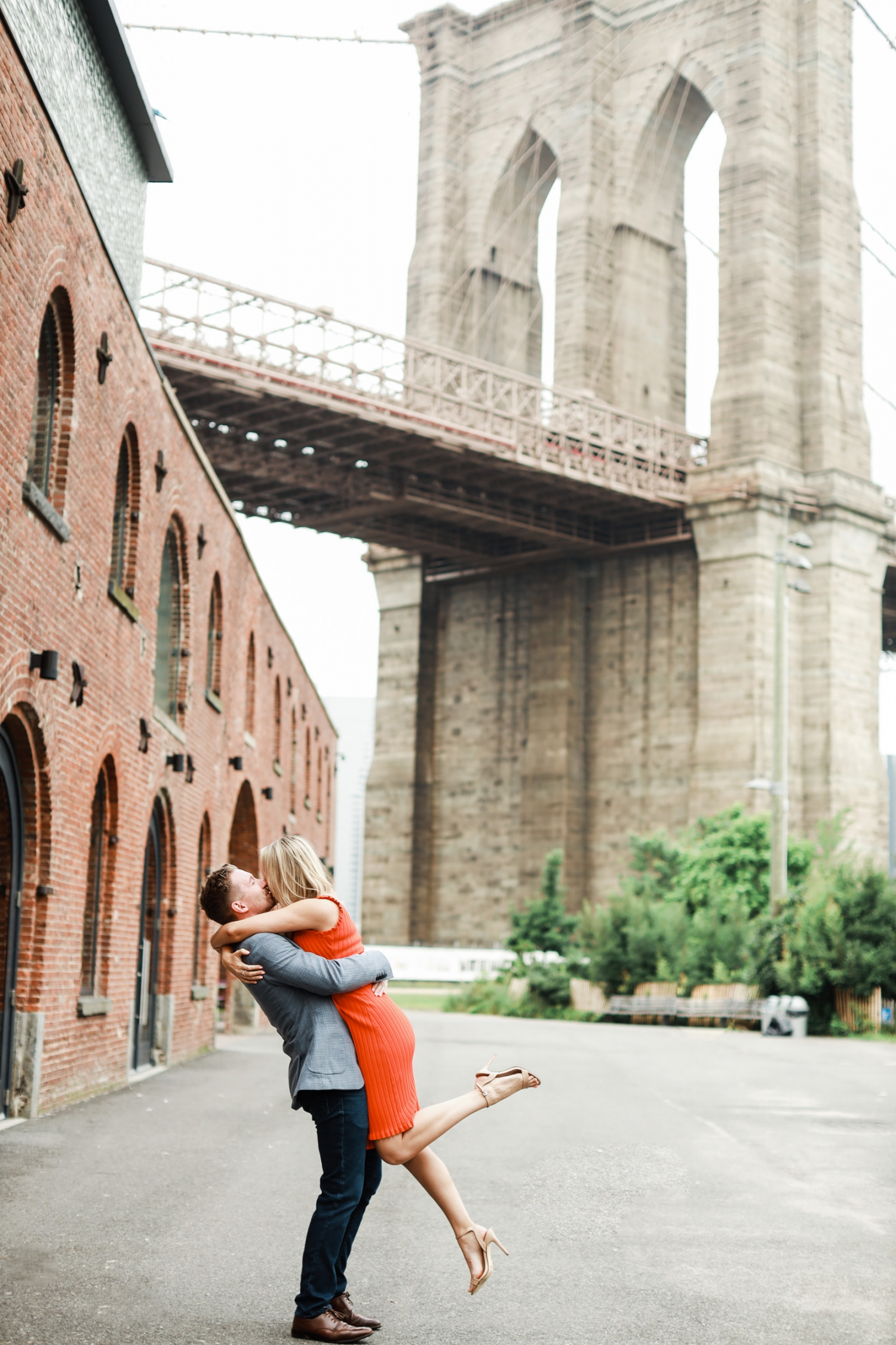 engaged couple at brooklyn bridge